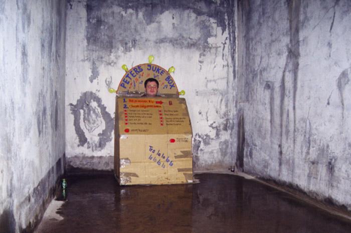 Callesen - Juke Box - Installazione di carta e artista