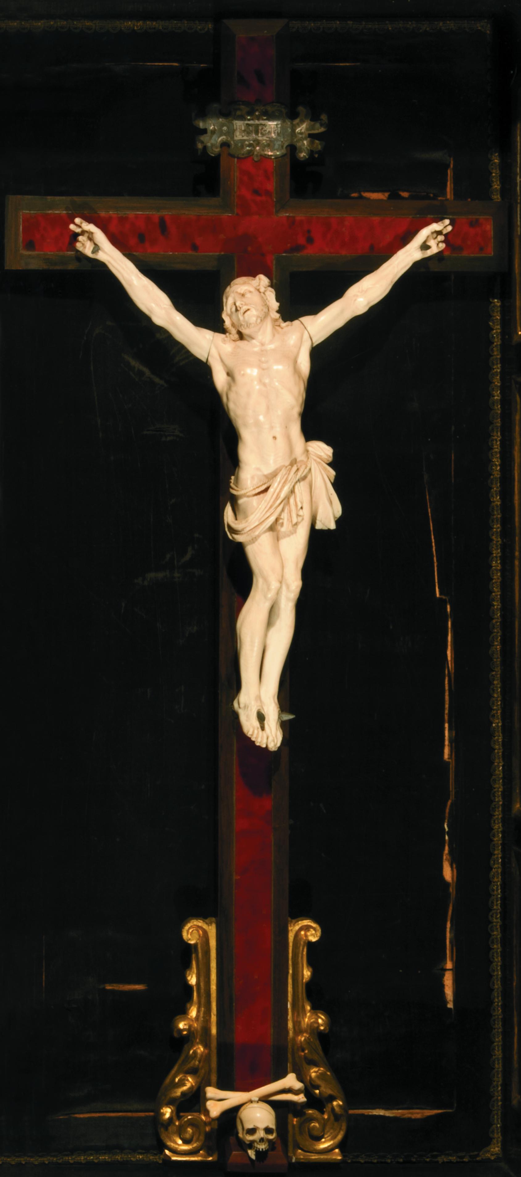 Melchior Barthel  (Dresda, 1625‑1672) Crocifisso 1665-70 ca.  avorio intagliato e legno con riporti d'argento fuso e cesellato h. cm 30, largh. cm 26 (con la cornice: h. cm 112, largh. cm 59) Firenze, Castello, Villa La Quiete