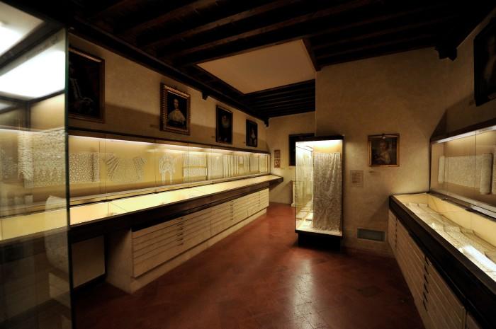 Palazzo Davanzati, sala dei merletti e dei ricami.
