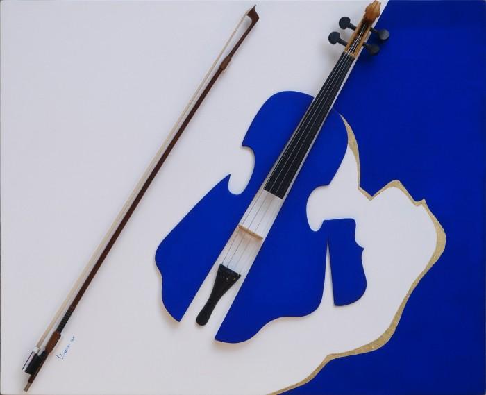 Lydia Lorenzi, Consonanze, polimaterico, legno dipinto, acrilico, foglia oro, elementi di violino, 80x65cm. 2011