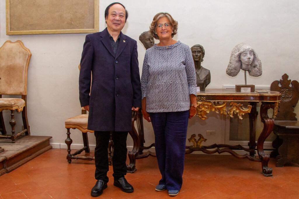 Liu Youju e Cristina Acidini firenze accademia delle arti e del disegno cosimo I dei Medici medaglia di michelangelo premio arte pittura