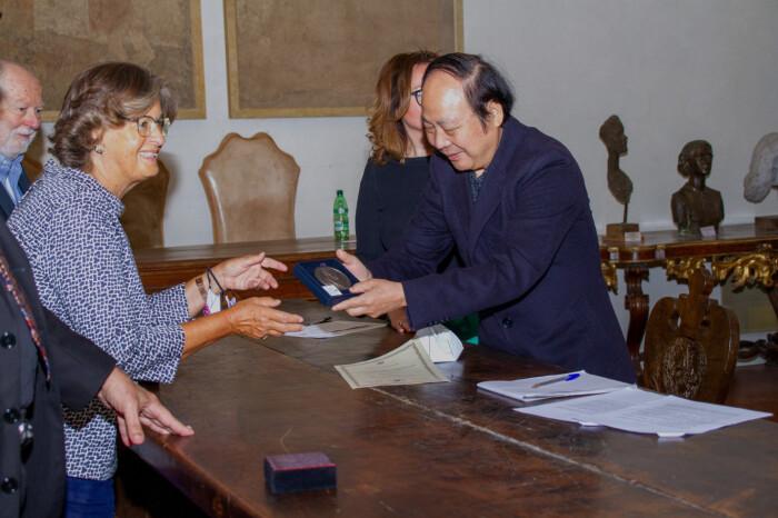 Liu Youju e Cristina Acidini premiazione medaglia di michelangelo accademia di belle arti e del disegno di firenze